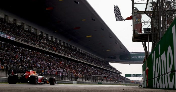 Max_Verstappen_chequered_flag_China_PA