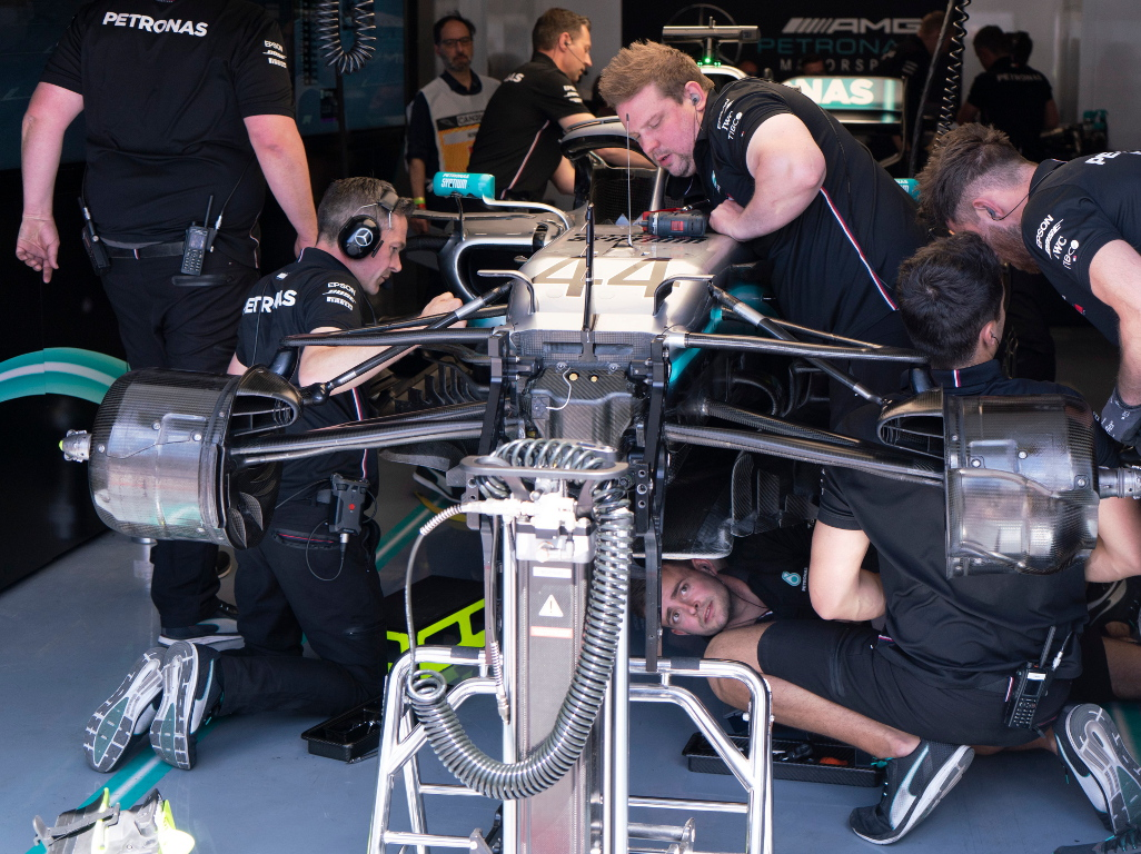 Lewis-Hamilton-mechanics-work-on-car-PA