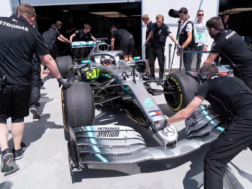 LLewis-Hamilton-pushed-back-into-garage-PA