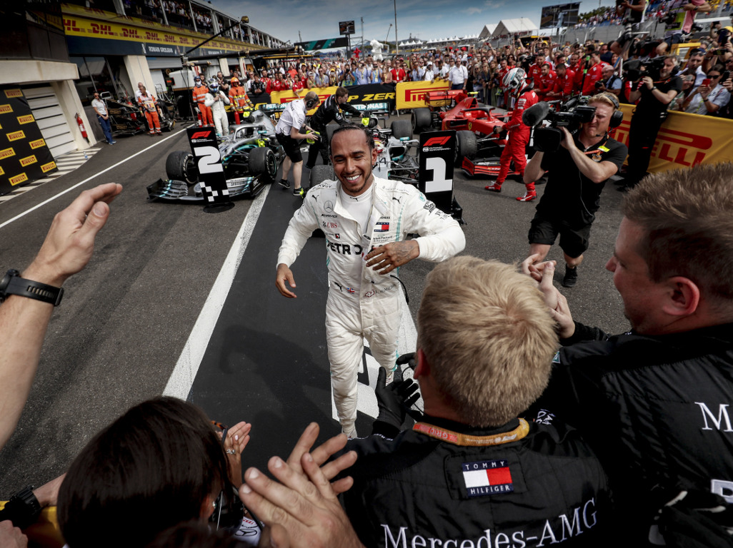 Lewis-Hamilton-running-to-mechanics-PA