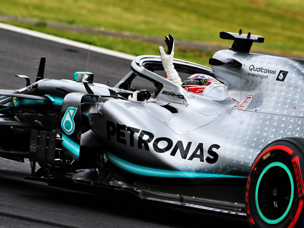 Lewis-Hamilton-waves-W10-PA1