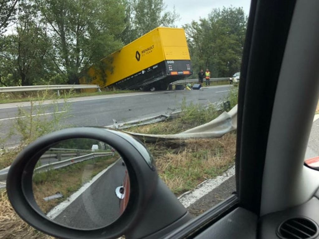 Renault's Hungarian GP preparations not affected by truck crash.