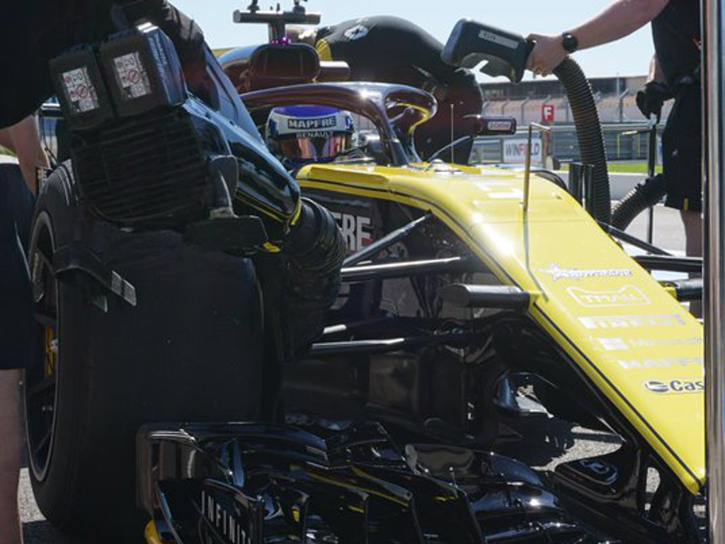 Sirotkin and Renault test Pirelli's 18-inch tyres