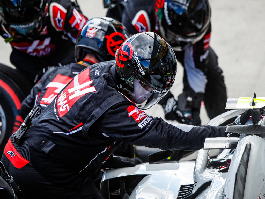 Haas mechanics pit stop