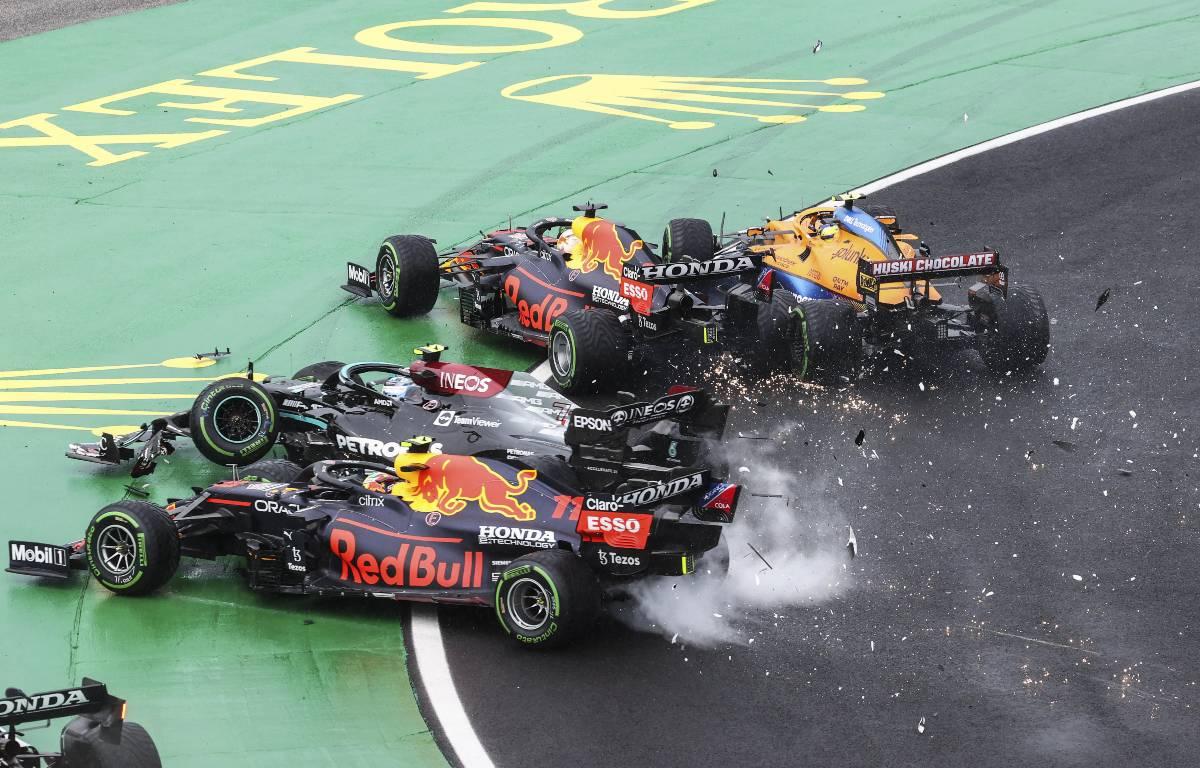 Valtteri Bottas在匈牙利大奖赛的第一个角球处引发了一场混战。2021年8月,匈牙利。。