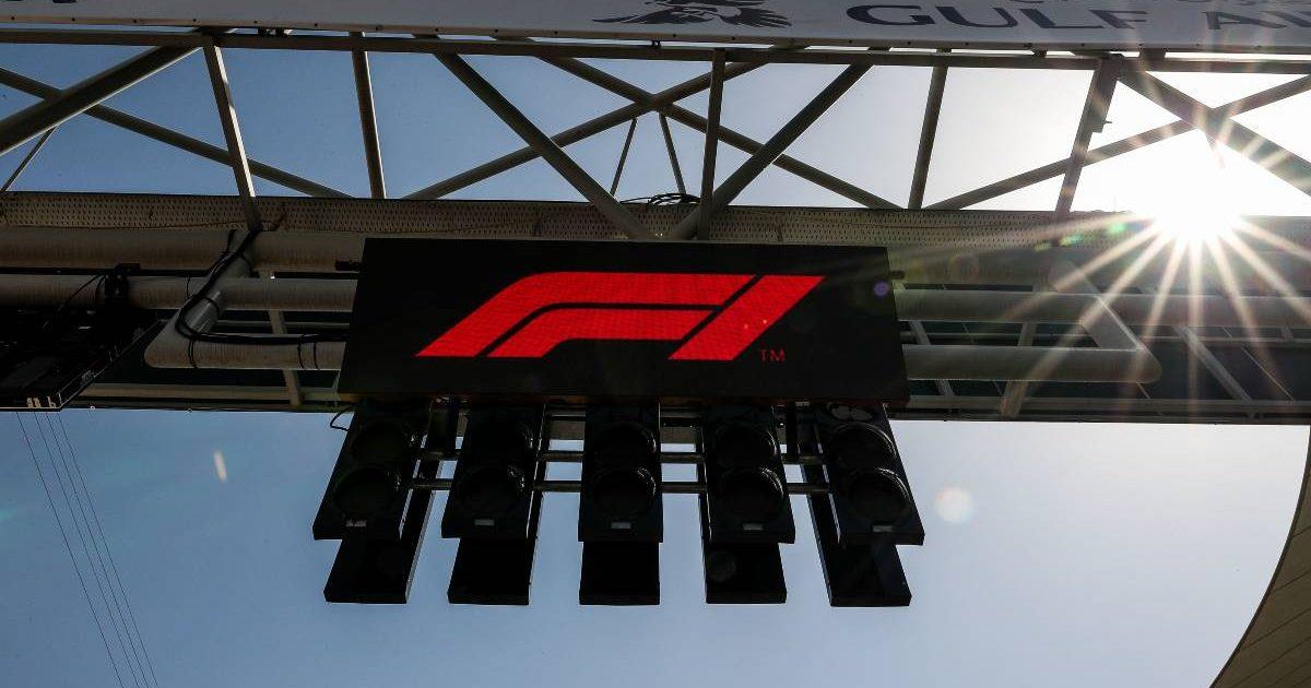 在巴林GP的龙门架上显示的F1标志。Sakhir 2019年3月。