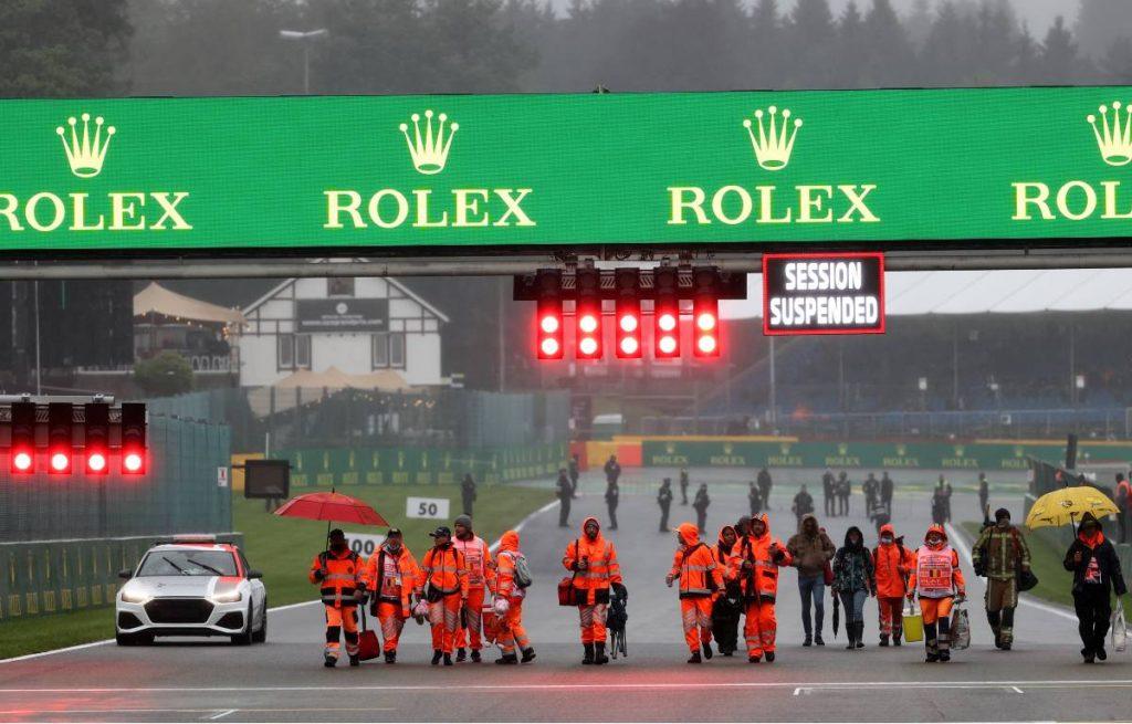 在比利时GP因雨结束后的轨道上的警告。Spa-Francorchamps 8月2021年。