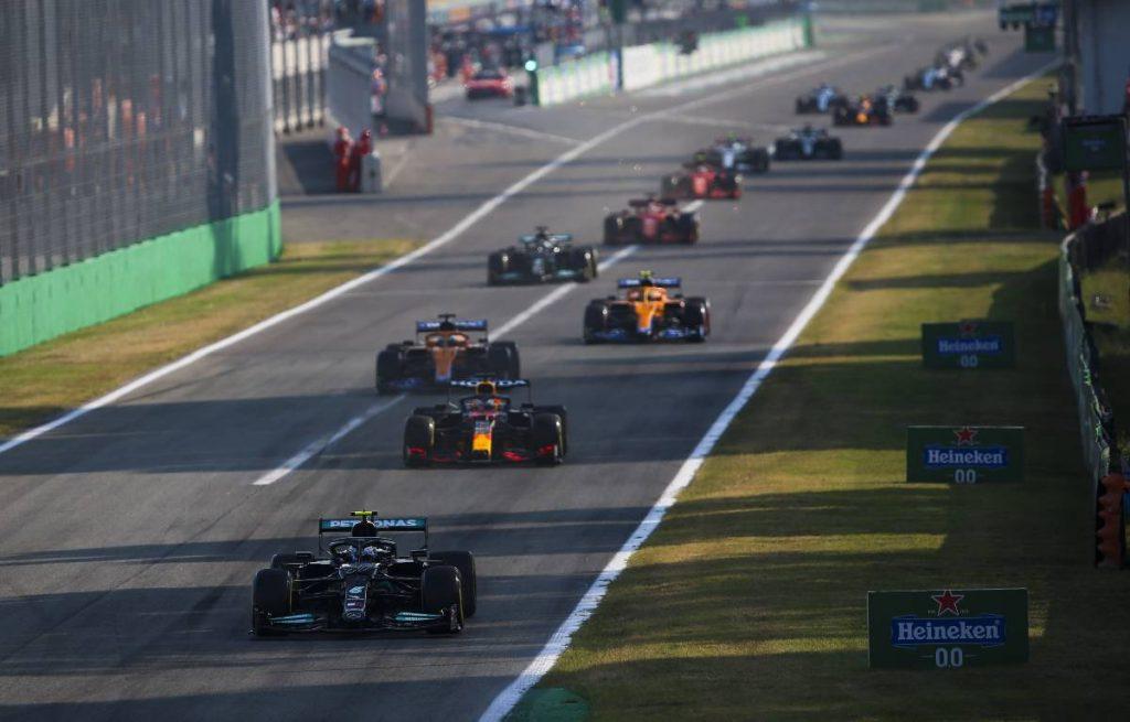 瓦尔特里·波塔斯在意大利大奖赛的排位赛中领先。2021年9月蒙扎。