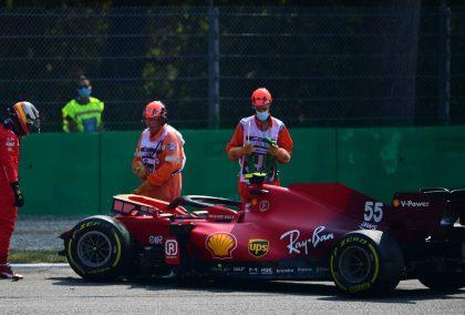 卡洛斯·塞恩斯站在他撞坏的法拉利旁边,参加了意大利大奖赛。蒙扎2021年9月。
