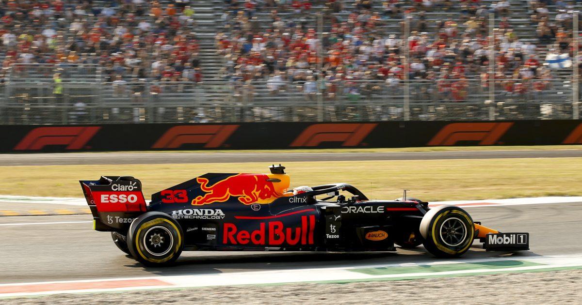 Max Verstappen开车经过看台。意大利2021年9月
