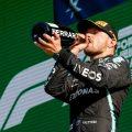 Valtteri Bottas在Monza的领奖台上喝香槟。9月2021年。