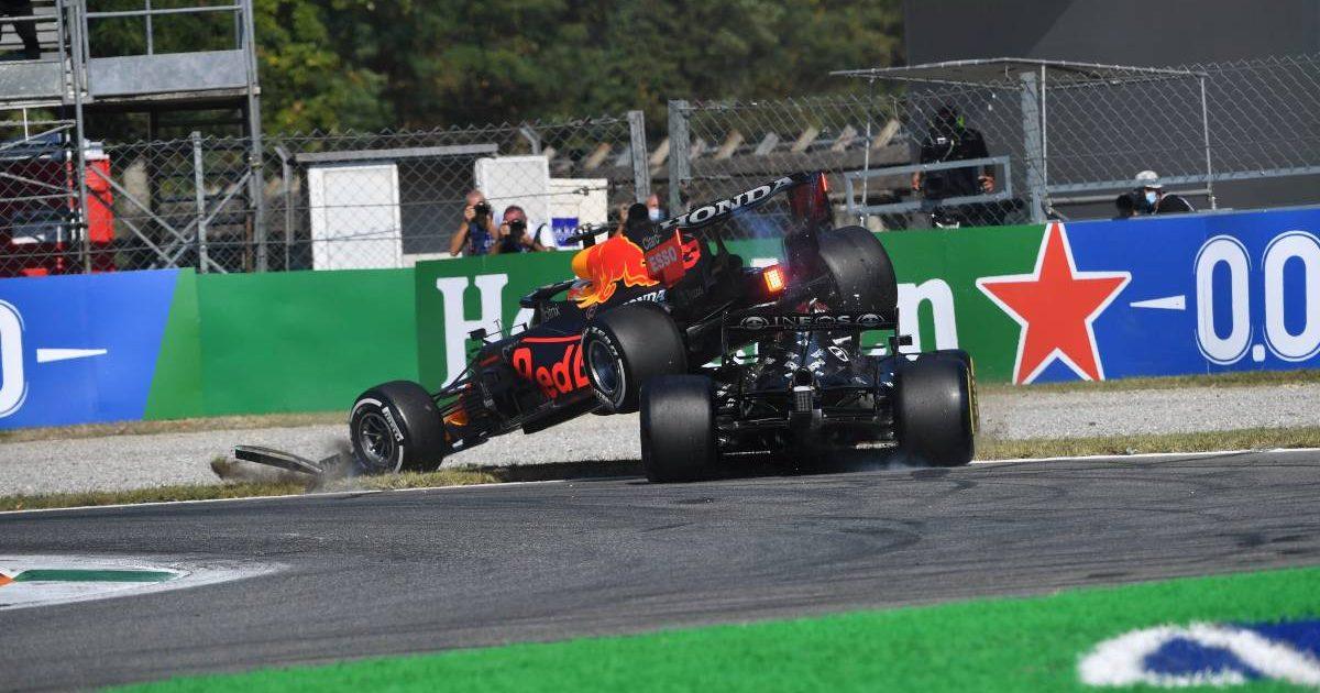 在意大利大奖赛中,马克斯·维尔斯塔彭的红牛车在刘易斯·汉密尔顿的奔驰车上降落。2021年9月蒙扎。