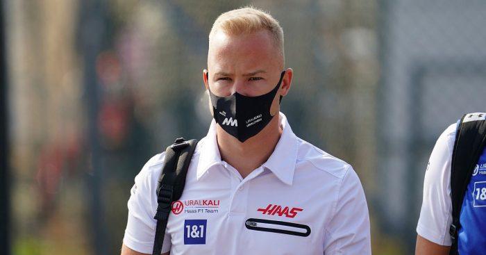 Nikita Mazepin走过Monza Paddock。9月2021年。
