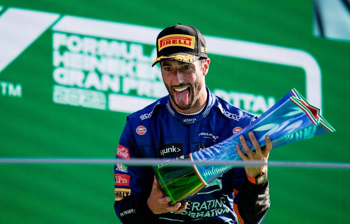 丹尼尔·里卡多(Daniel Ricciardo)在赢得意大利大奖赛后庆祝。2021年9月蒙扎。