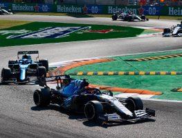 乔治·拉塞尔在意大利大奖赛的第一个发夹弯领先一辆高山赛车。2021年9月蒙扎。