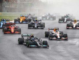 芬兰车手Valtteri Bottas为梅赛德斯车队在土耳其大奖赛领跑。2021年10月伊斯坦布尔